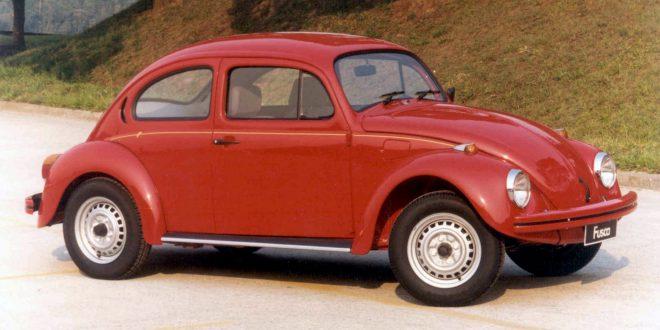 um Fusca vermelho modelo 1995 visto pelo lado direito