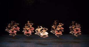 atores e atrizes numa performance de dança