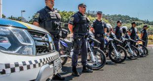 guardas municipais nas ruas de Santana de Parnaíba posam ao lado de suas viaturas