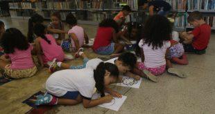 crianças desenhando em biblioteca de Barueri durante programação do Biblioférias