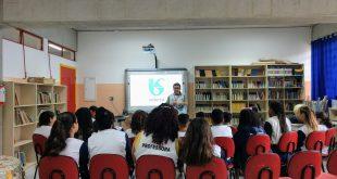 alunos acompanham palestrante da sabesp