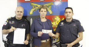 a secretária de Segurança e Mobilidade Urbana de Barueri Regina Mesquita e dois guardas civis exibem as novas carteiras de identidade funcional da categoria