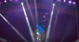 equilibrista se apresentando no circo di napoli no parque shopping barueri