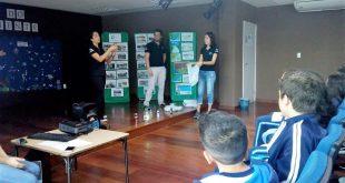 alunos de engenharia ambiental da Unesp palestram para alunos da Emef Alexandrino