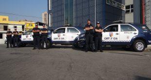 guardas civis posam ao lado das novas viaturas dos comandos da corporação