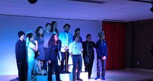 uma peça de teatro sendo apresentada como parte do projeto 'teatro na escola'