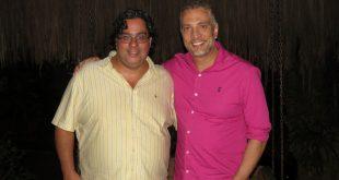 Rodrigo Rodrigues e Roberto Lamari posam para foto lado a lado no restaurante Tantra
