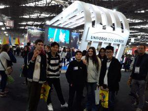 alunos da emeief Takaoka posam para foto durante bienal do livro