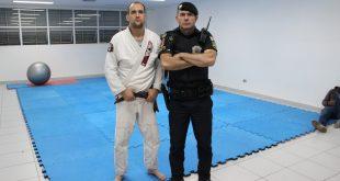 um guarda civil de barueri posa ao lado de um atleta de kimono