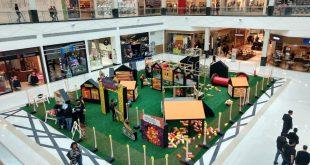 vista da instalação 'Pequenos Construtores', em um pátio no Parque Shopping Barueri