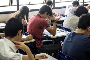 estudantes em sala de aula prestando um vestibulinho da etec