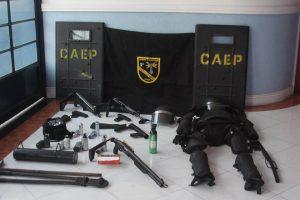 equipamentos de patrulhamento tático dispostos sobre uma mesa