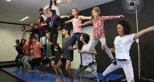 alunos de oficina cultural fazendo coreografia