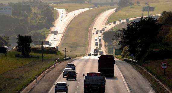 vista da rodovia castelo branco com tráfego moderado
