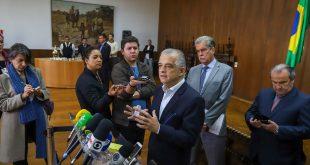 O governador de São Paulo, Márcio França, falando com vários microfones à sua volta após reunião com caminhoneiros no Palácio dos Bandeirantes