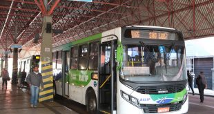 Um ônibus de Barueri visto da diagonal frontal direita e parado em um terminal