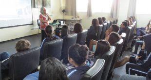 estudantes no ITB em Barueri assistem a uma mulher palestrando