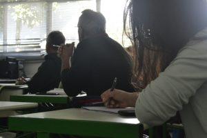 alunos numa oficina do Sebrae fotografados pela esquerda e olhando, presumidamente, em direção à lousa