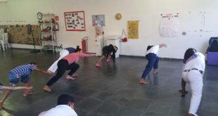 pessoas num salão praticando alongamentos