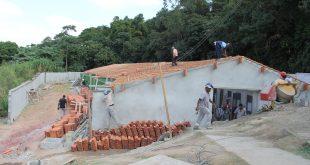 homens trabalhando na reforma da casa que abriga o centro de apoio ao animal doméstico de Barueri