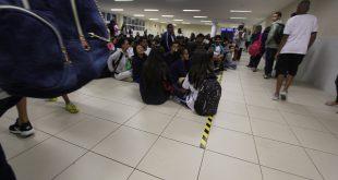 alunos de uma escola de Barueri sentados ou circulado pelos corredores enquanto conversam