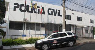 vista de uma delegacia da Polícia Cvii em Barueiri com uma viatura modelo Chevrolet Soin estacionada em frente