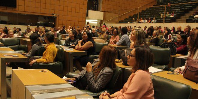 mulheres sentadas na plenária da assembleia legislativa de são paulo