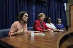 mulheres em mesa de discussão