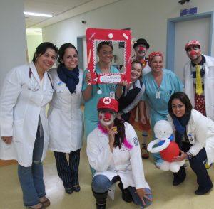 enfermeiros posam para foto; alguns estão maquiados como palhaços