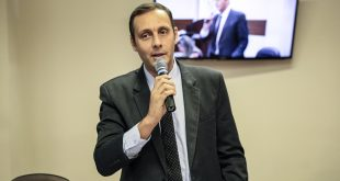 vereador Yacer discursando na tribuna da Câmara de Itapevi