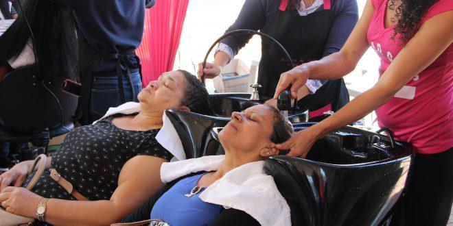 duas mulheres tendo seus cabelos lavados em ação da Secretara da Mulher de Barueri