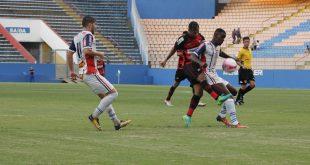 dois times masculinos disputam uma partida de futebol em Barueri