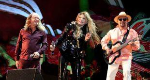 Alceu Valença, Elba Ramalho e Geraldo Azevero se apresentando juntos em um palco