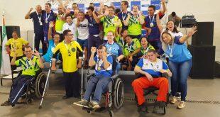 atletas paralímpicos da SDPD exibindo medalhas conquistadas nos Jogos Adaptados e Paradesportivos de Itapevi