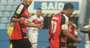 dois jogadores do Oeste Barueri comemoram durante partida contra o Villa Nova pela série B