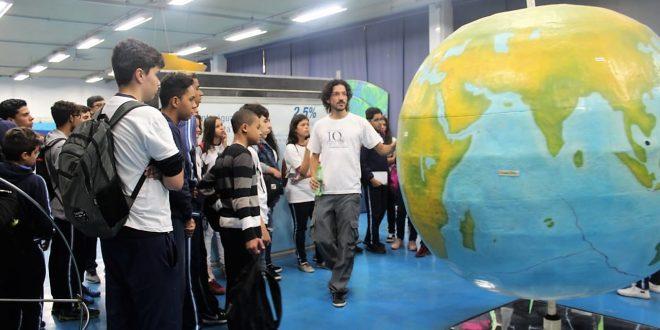 alunos da escola sidney santucci observam globo terrestre na USP