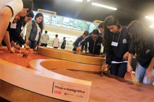alunos da escola sidney santucci observam uma instalação científica na USP