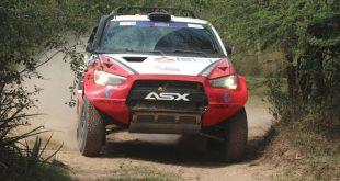 A Mitsubishi ASX R de Luiz Facco vista de frente, deixando um rastro de poeira para trás