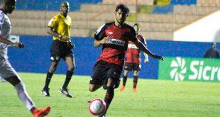 jogador do Oeste Barueri disputa uma bola durante partida do Campeonato Paulista de Futebol