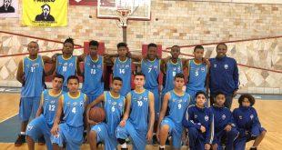 um time de basquete de Barueri posa para foto
