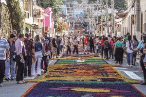 turistas observam tapetes de Corpus Christi no Centro Histórico de Santana de Parnaíba
