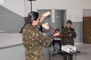 crianças são instruídas por membros do Exército durante ação em Baruei