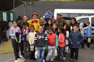 crianças, palhaço e soldados do Exército posam para foto durante ação em Baruei
