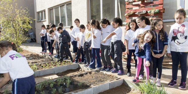 alunos reunidos em volta de horta do Projeto Horta Urbana