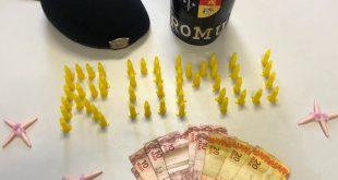 pinos de cocaina dispostos de modo a formar a sigla ROMU e cédulas de dinheiro apreendidos pela ROMU de Barueri