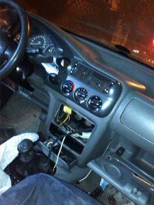fotografia do interior do veículo, com o buraco de onde o rádio foi arrancado