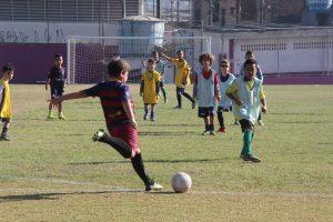 crianças praticando futebol no programa Barueri Esporte Forte a266907d62b31