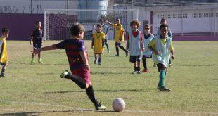 crianças praticando futebol no programa Barueri Esporte Forte