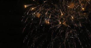 fogos de artifício explodem no céu de Barueri