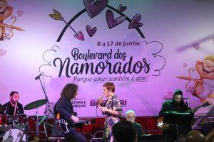 Mafalda se apresentando durante bulevard dos namorados
